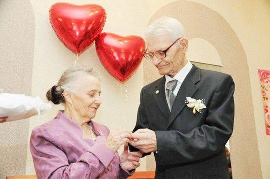 По колку години од животот го прослават дијамант свадба?