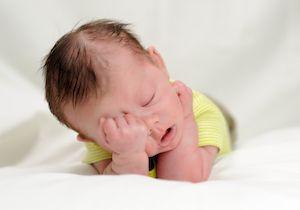 дете сака да спие, и многу плаче