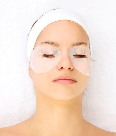 Домашна маска за кожата околу очите од брчките