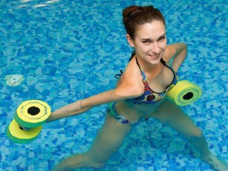 Класове по водна аеробика: Използването на аква аеробика и тренировъчна програма