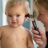 Изслушване здрави млади детето